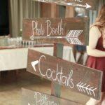 flèches directionnelles en bois - décoration mariage les bulles d'Emilie