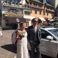 couple de mariés devant la mairie
