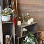 caisses en bois avec fleurs et bougies