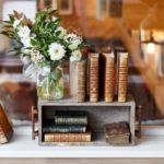 livres anciens et bouquet de fleurs